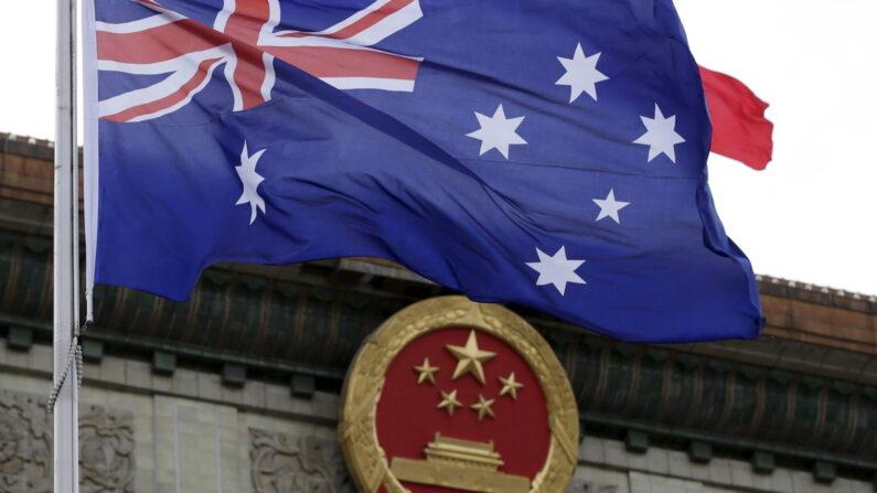 베이징 인민대회당 앞에 걸린 호주 국기가 바람에 펄럭이고 있다.   로이터/연합