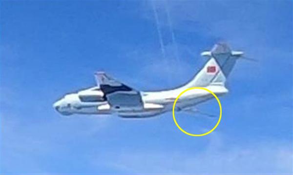 말레이 공군이 촬영한 중국 공군 수송시 IL-76. 기체 후미에 공중급유관으로 보이는 구조물이 포착됐다. | 말레이 공군 제공
