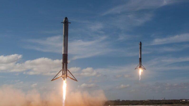 사진은 미 민간 우주항공업체 '스페이스엑스'가 개발한 로켓 '펠컨 헤비'의 착륙 실험 장면 | 퍼블릭 도메인