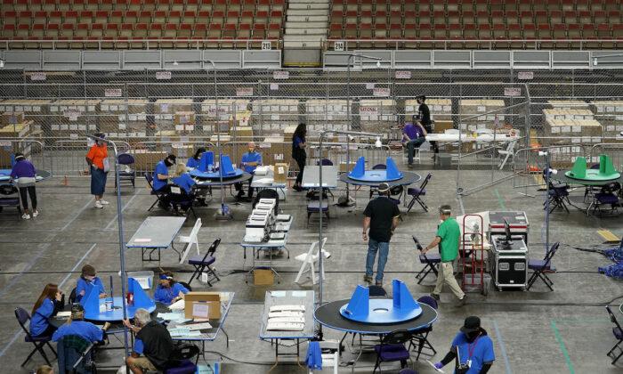 지난달 6일(현지시간) 애리조나주 상원의 의뢰로 선거 감사 진행 중인 사이버 닌자스 고용자들이 애리조나주 피닉스시 재향군인 기념관에서 2020년 선거 투표지를 조사하고 재검표하고 있다. | Matt York/Pool/AP Photo/ 연합