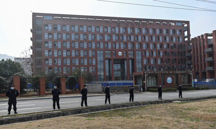 지난 2월 중국 후베이성 우한 바이러스 연구소 주변에서 보안 요원들이 서 있다. | HECTOR RETAMAL/AFP via Getty Images/ 연합