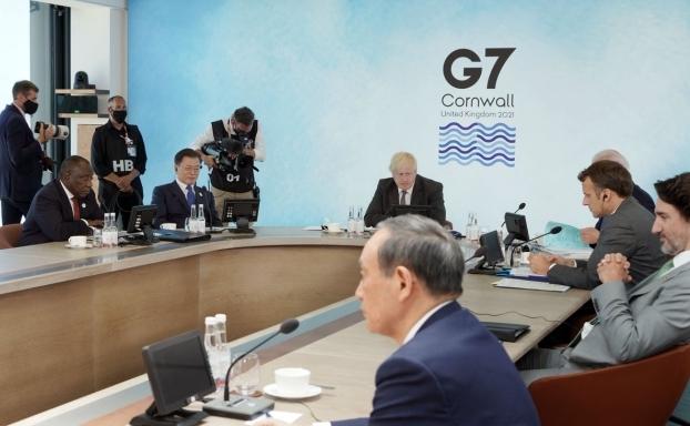 G7 회의에 참석 중인 문재인 대통령   청와대 제공