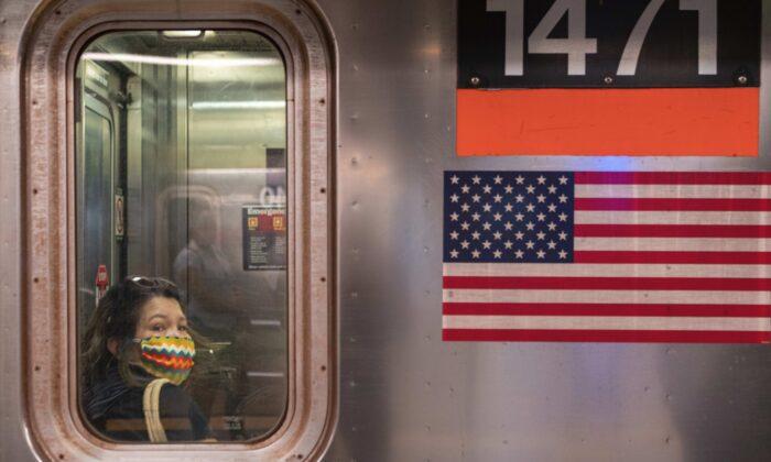 지난해 6월 미국 뉴욕시의 지하철에 한 승객이 마스크를 착용하고 있는 모습. | David Dee Delgado/Getty Images
