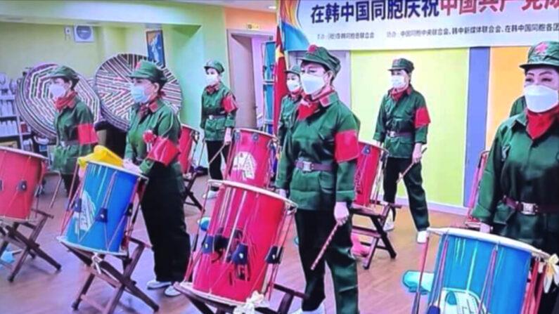 12일 서울에서 열린 중국공산당 창당 100주년 기념 행사 모습. 공연자들이 인민해방군 복장을 하고 있다 | 유튜브 화면 캡처