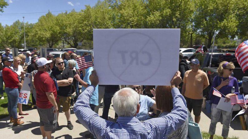 미국 네바다주 리노시의 지역 교육당국 청사 앞에서 시민들이 모여 비판적 인종 이론 교육에 반대하는 집회를 개최한 가운데, 한 남성이 비판적 인종 이론 교육을 반대하는 팻말을 들고 서 있다. 2021.5.25 | Andy Barron/Reno Gazette-Journal via AP/연합