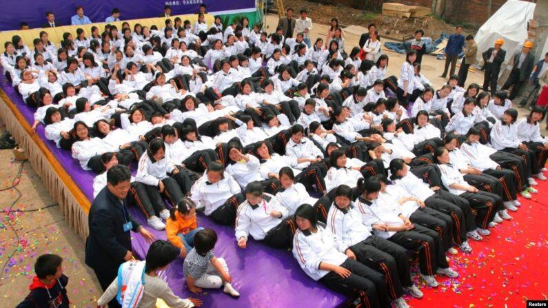 중국 난징의 한 가구 박람회에서 전시물품 위에 학생들이 누워 있다. | 로이터/연합