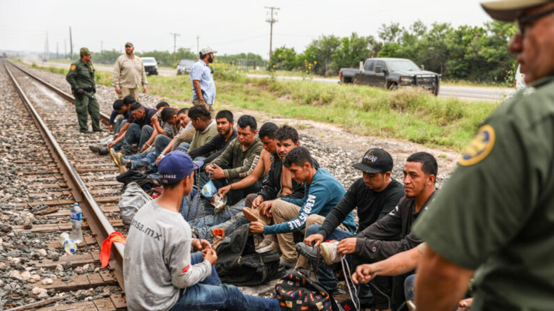 텍사스 남부 도시 샌 안토니오로 향하는 곡물 수송열차의 화물칸에 숨어 있던 멕시코 출신 불법 입국자 21명이 국경 순찰대에 체포됐다. 2021.6.21 | 샬럿 커트버슨/에포크타임스