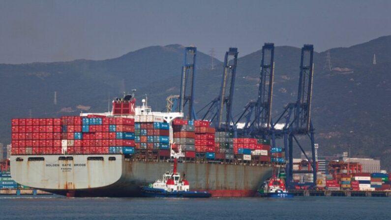 사진은 2010년 11월 진먼(金門) 파나맥스(Panamax) 화물선이 중국 선전에 정박하던 중 선전항에 입항하는 모습.   Daniel Berehulak/Getty Images