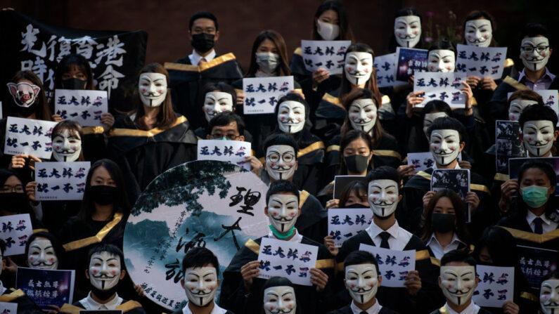 기사 내용과 직접 관련 없는 자료 사진. 지난 2019년 홍콩 민주화 시위 당시 홍콩 폴리텍 대학 학생들이 영화 '브이 포 벤데타' 주인공 가이 포크스의 마스크를 착용한 채 중국 공산당의 홍콩 자치권 침해에 대한 저항을 나타내고 있다. | NOEL CELIS/AFP via Getty Images/연합