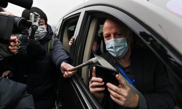 세계보건기구(WTO) 코로나19 기원조사팀 소속 피터 다작 박사가 중국 후베이성 우한 바이러스학 연구소에 도착해 언론과 인터뷰를 하고 있다. 2021.02.03 | Hector Retamal/AFP via Getty Images 연합