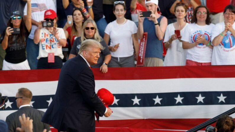 26일(현지시각) 미국 오하이오주에서 '세이브 아메리카(Save America·미국을 구하라)' 유세를 시작한 도널드 트럼프 전 미국 대통령 | STEPHEN ZENNER/AFP via Getty Images