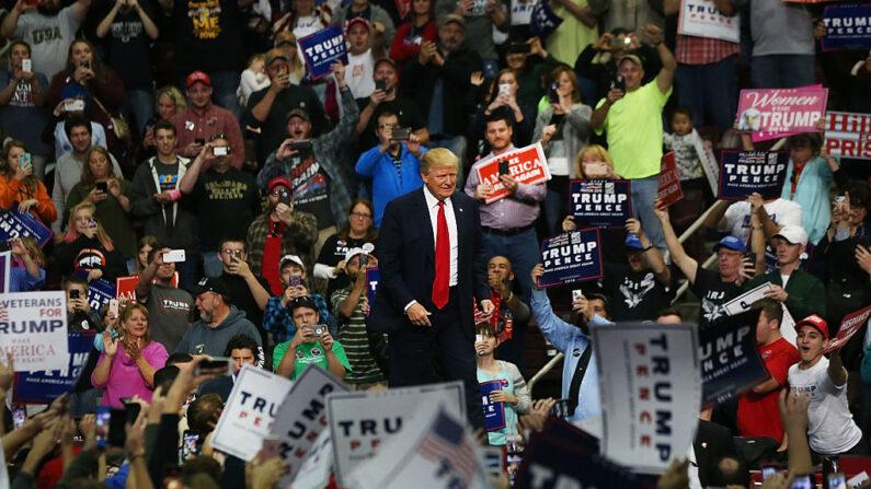 도널드 트럼프가 2016년 11월 4일 미국 펜실베이니아 주 허쉬에서 열린 집회에서 무대로 걸어오고 있다.   Spencer Platt/Getty Images