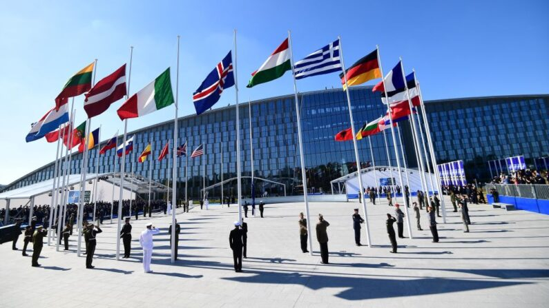벨기에 브뤼셀에 북대서양조약기구(NATO·나토)   회원국 깃발이 세워져 있다. | EMMANUEL DUNAND/AFP via Getty Images/연합