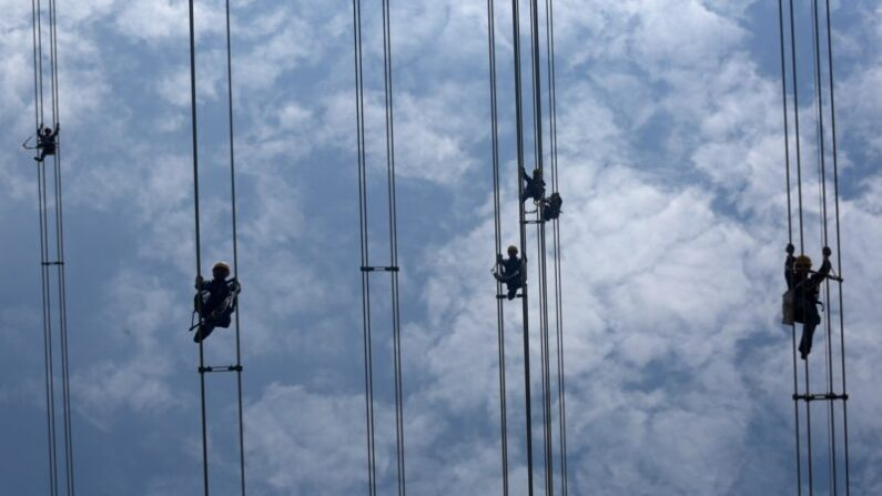 광둥성 둥관시에서 기술자들이 500kV 고압전선을 수리하고 있다. (VCG/VCG via Getty Images)