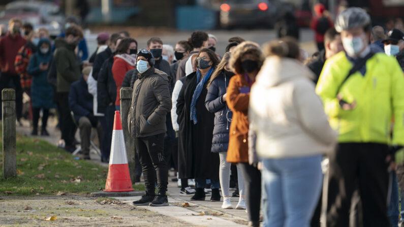 코로나19(중공 바이러스 감염증) 재확산으로 비상인 영국의 리버풀에서 시민들이 자신의 검진 차례를 기다리며 줄지어 서 있다. | 연합뉴스