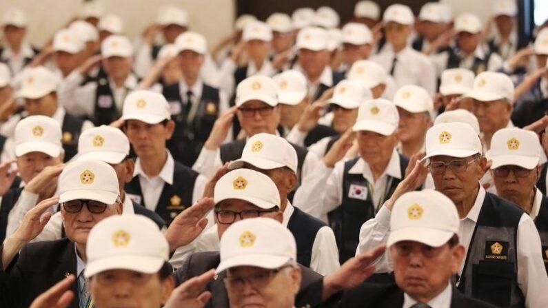 서울 용산구 전쟁기념관 뮤지엄웨딩홀에서 열린 6·25전쟁 참전유공자 위로연에서 참석자들이 국기에 대한 경례를 하고 있다. 2019.6.13 | 연합뉴스