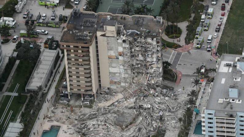 미국 플로리다주 마이애미데이드카운티 서프사이드의 12층 아파트 붕괴 현장 상공 사진   NTD 화면 캡처