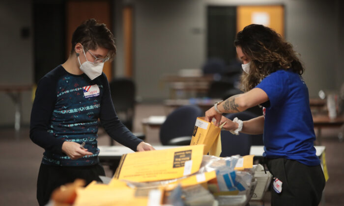 작년 11월 위스콘신주 밀워키의 개표소에서 선거 관리 직원들이 투표지를 개표하고 있다. | Scott Olson/Getty Images