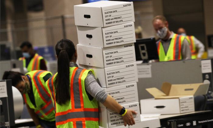 미국 펜실베이니아주의 한 선거 근로자가 투표지가 담긴 박스를 옮기고 있다. 2020.11.4   Spencer Platt/Getty Images