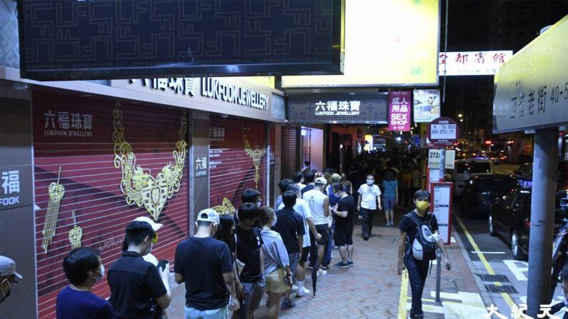 홍콩 '빈과일보' 폐간 소식이 알려지고 24일 마지막 호가 발간된다는 소식을 들은 홍콩 시민들이 이날 새벽부터 몽콕의 가판대로 몰려가 빈과일보 구매 행렬에 참가해 홍콩의 몇 안되는 독립언론에 대한 지지를 나타냈다.   홍콩=에포크타임스