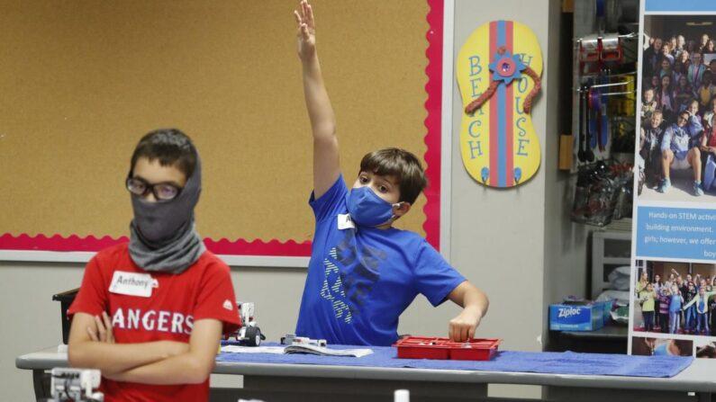 마스크를 쓰고 여름 캠프 수업에 참여한 미국 어린이들 |  AP=연합뉴스