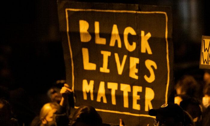 지난해 10월 미국 펜실베이니아주에서 시위대가 '흑인 생명도 소중하다' 팻말을 들고 있다. | Mark Makela/Getty Images
