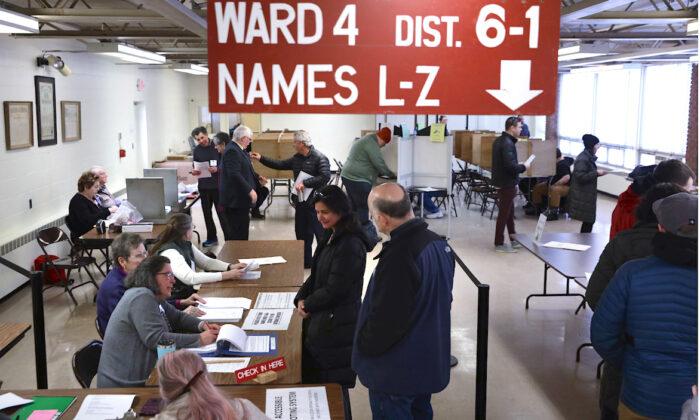 지난해 3월 미국 버몬트주 유권자들이 벌링턴의 한 투표소에서 투표하기 위해 기다리고 있다. | Alex Wong/Getty Images