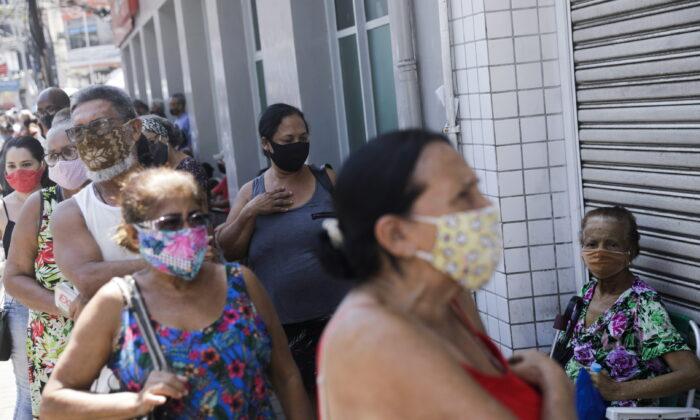 지난 3월 브라질 리우데자네이루에서 65세 이상 고령자들이 중국 시노백사의 코로나19 백신을 맞기 위해 줄지어 서 있다.| Ricardo Moraes/Reuters/ 연합