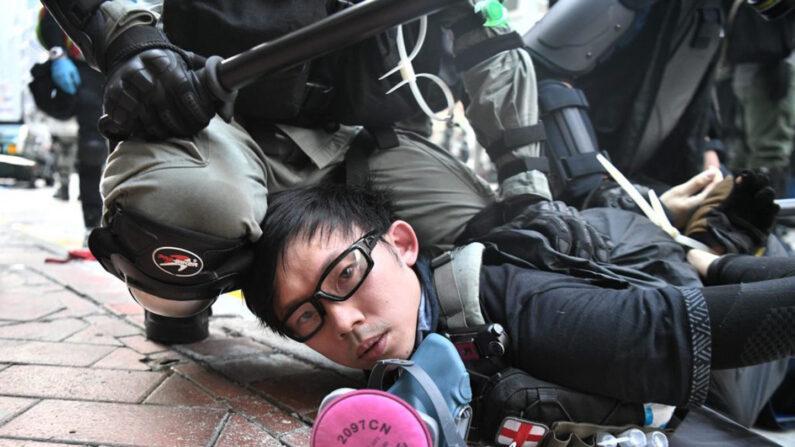 지난해 10월 한 홍콩 민주화 시위 참가자가 경찰에 체포되고 있다. | AFP=연합뉴스자료사진