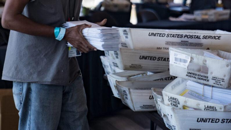 조지아주 애틀랜타의 개표소에서 한 선거 사무원이 부재자 우편투표지를 운반하고 있다. 2020.11.2 | Megan Varner/Getty Images