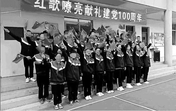 중국 공산당이 창당 100주년 기념일을 앞두고 체제 선전에 주력하고 있다. 사진은 지난 4월 허난성의 한 중학교에서 열린 공산당 창당 100주년 축하 행사 | 에포크타임스에 제공