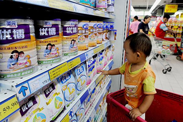 중국 베이징의 한 대형 마트에서 유아가 분유를 만지고 있다. | STR/AFP via Getty Images/연합