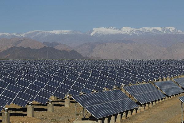 중국 신장 지역에 설치된 태양광 패널 | STR/AFP via Getty Images/연합