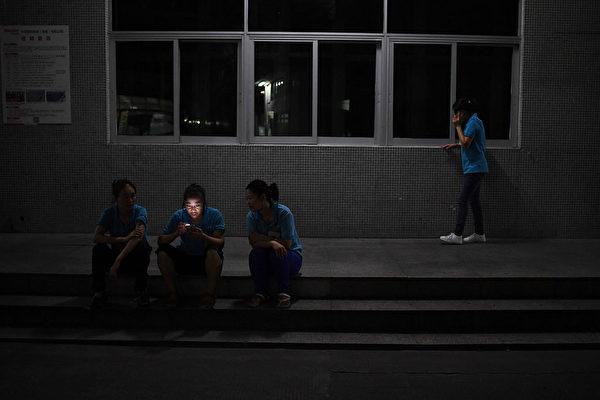 기사와 직접 관련 없는 자료 사진. 중국 광둥성 둥관의 한 공장 기숙사가 야간 소등했다.   GREG BAKER/AFP via Getty Images/연합
