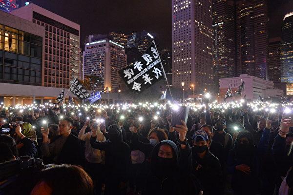 홍콩 민주화 요구 시위대가 조명을 켠 스마트폰을 들고 있다.   숭비룽/에포크타임스