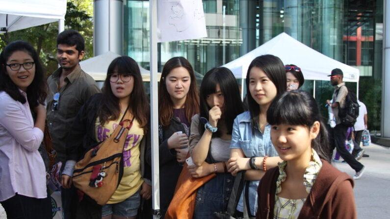 사진은 중국 유학생들. | 에포크타임스