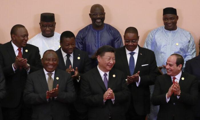 시진핑 중국 국가주석(앞줄 중앙)과, 시릴 라마포사 남아프리카공화국 대통령(앞줄 왼쪽), 압델 파타 알 시시 이집트 대통령(앞줄 오른쪽), 우후루 케냐 대통령(가운뎃줄 왼쪽), 아더시카 시라시 토고 대통령(가운뎃줄 중앙), 피터 무타리카 말라위 대통령(가운뎃줄 오른쪽), 줄리어스 마다 비오 시에라리온 대통령(뒷줄 왼쪽), 조지 웨아 라이베리아 대통령(뒷줄 가운데) 등 아프리카 정상들이 2018년 9월 3일 열린 중국-아프리카 협력 포럼(FOCAC) 베이징 서밋에서 단체사진 촬영 도중 박수를 치고 있다. | How Hwee Young /Pool/Getty Images