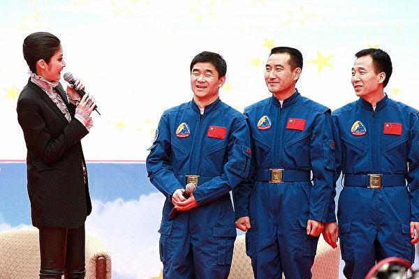 2008년 9월 25일 중국 선저우(神舟) 7호 우주인 3명이 홍콩을 방문했다. 중국 중앙방송(CCTV)는 최근 이들이 우주에서 지렛대로 문을 열었다고 밝혔다. | Samantha Sin/AFP via Getty Images