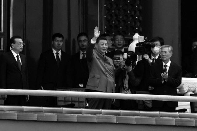 시진핑 중국 국가주석이 1일 톈안먼 망루 위에서 광장의 인파를 향해 손을 흔들고 있다. 시 주석 오른쪽에 백발의 후진타오 전 주석이 손뼉을 치고 있다. | 베이징=EPA/연합뉴스