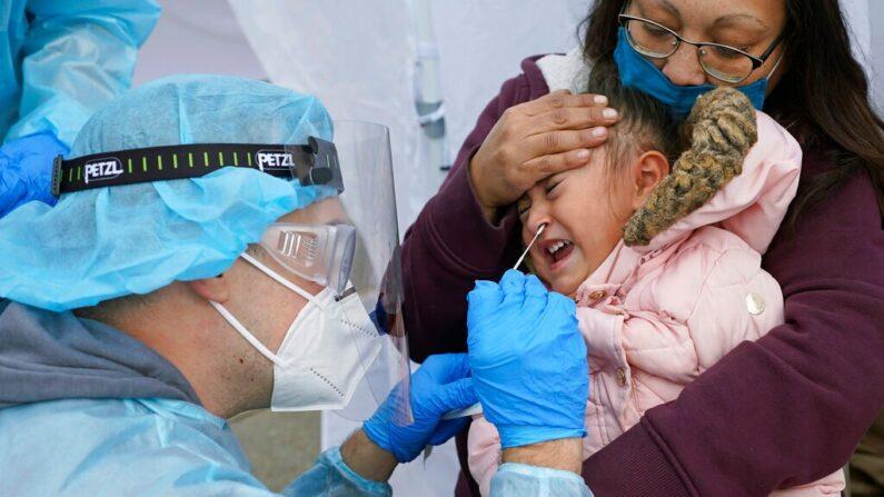 미국 유타주 솔트레이크 시티의 하나 중공 바이러스 감염증(코로나19) 이동 진료소에서 3세 아이의 검체를 채취하고 있다.   AP Photo/Rick Bowmer, File/연합