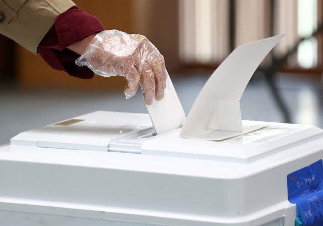 한 유권자가 투표함에 표를 넣고 있다.   연합뉴스