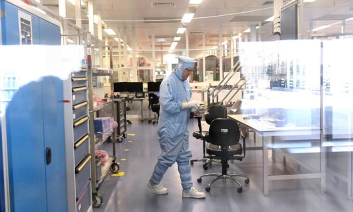 2018년 4월 17일 네덜란드 노광장비 생산업체인 ASML의 한 직원이 실험실에서 일하고 있다. | EMMANUEL DUNAND/AFP via Getty Images연합