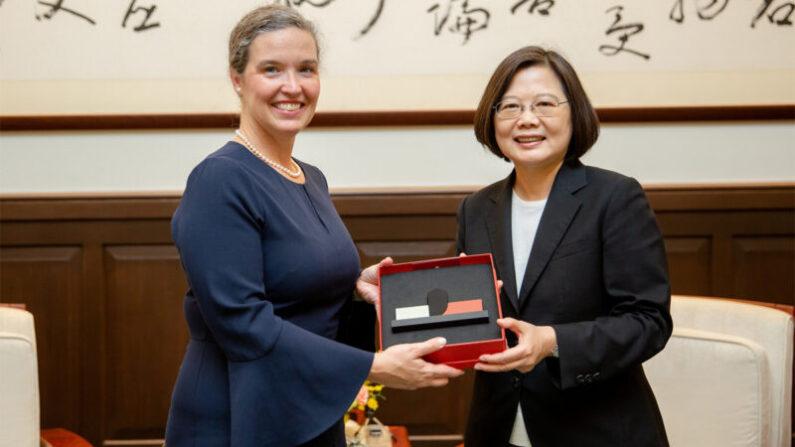 2019년 10월 9일 차이잉원(蔡英文) 대만 총통이 산드라 우드커크(Sandra Odkirk) 호주, 뉴질랜드, 태평양 섬나라 담당 미국 국무부 부차관보를 만났다. | 대만 총통부