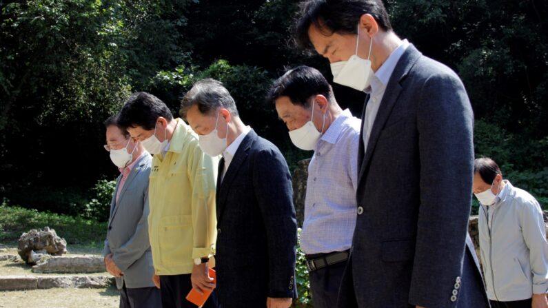27일 경기 연천군에 위치한 유엔군 화장터를 찾아 묵념하고 있는 최재형 전 감사원장(왼쪽에서 세번째)ㅣ최재형 캠프 제공