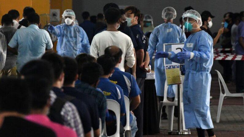 2020년 6월 10일 싱가포르 근로자들이 업무 복귀에 앞서 코로나19(중공 바이러스 감염증) 검사를 받고 있다.   ROSLAN RAHMAN/AFP via Getty Images