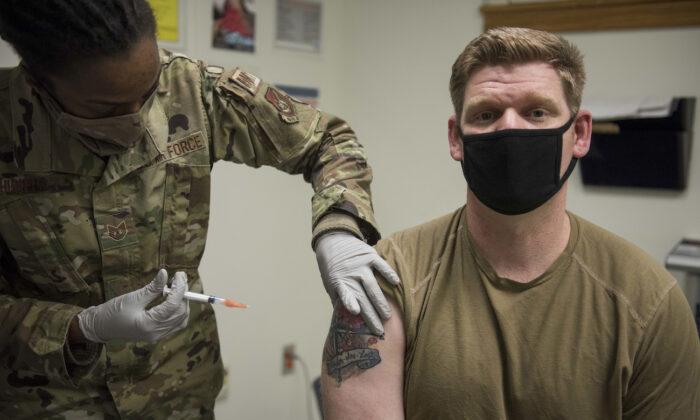 전라북도 군산 공군기지에서 한 미군 장병이 모더나 코로나19 백신 접종을 받고 있다. 2020.12.29 | U.S. Air Force/Jordan Garner