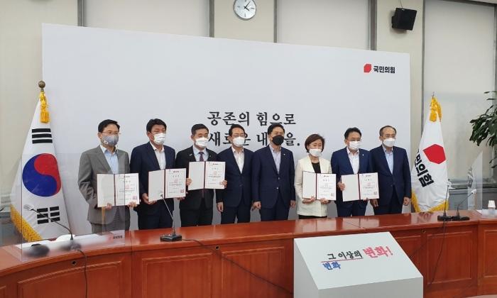 국민의힘은 7일 오후 국회 본관에서 '천안함 생존 장병 및 유가족 지원 TF' 임명장 수여식 및 1차 회의를 개최했다.   국민의힘 제공
