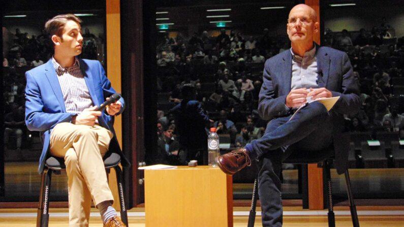 호주 찰스 스터드 대학의 클라이브 해밀턴 교수(오른쪽)   리처드 사보/에포크타임스