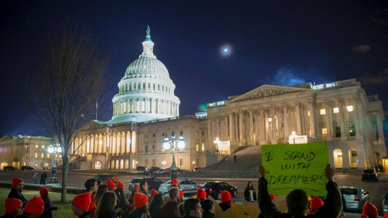 다카(DACA·미성년 불법 체류자 추방 유예) 지지자들이 미국 워싱턴DC 국회의사당 앞에서 시위하고 있다. 2018.1.21 | Tasos Katopodis/Getty Images