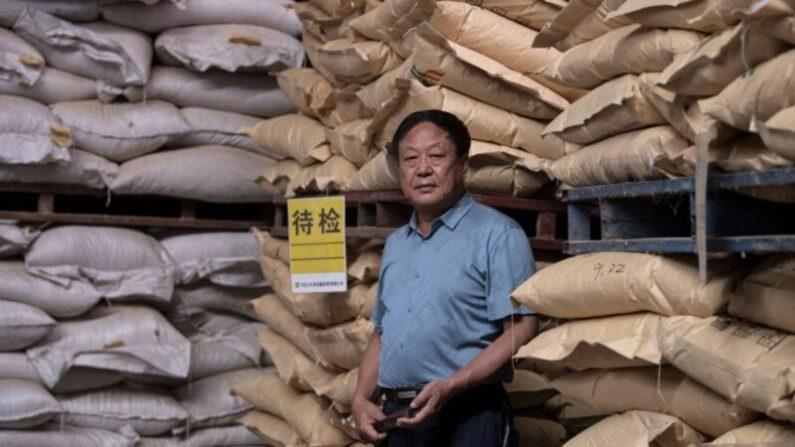 2019년 9월 24일 중국 농민 사업가 쑨다오가 베이징 교외의 사료 창고를 둘러보고 있다.   NOEL CELIS/AFP via Getty Images